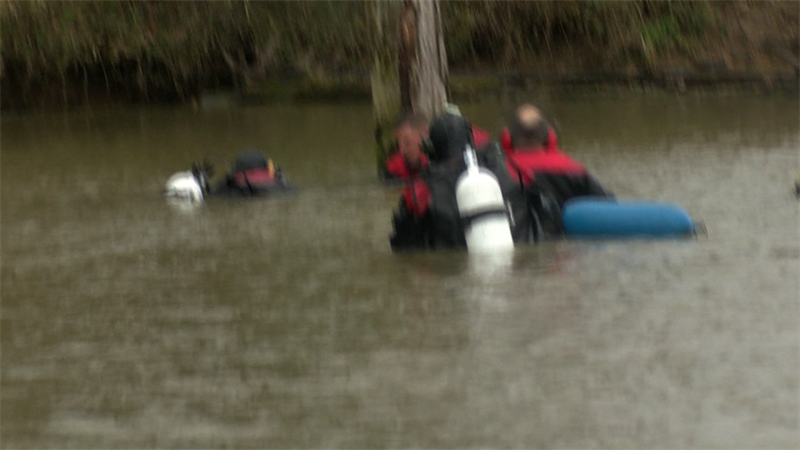 Dive team searching the water (Source: Nathan Ellgren, KFVS)